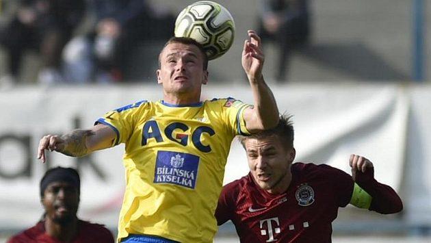 Martin Jindráček z Teplic a Martin Frýdek ze Sparty v hlavičkovém souboji o míč. V pozadí vlevo je Costa Nhamoinesu ze Sparty.