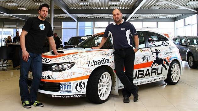 Vojtěch Štajf (vpravo) a vůz Subaru WRX STI před odjezdem na Arctic rallye.