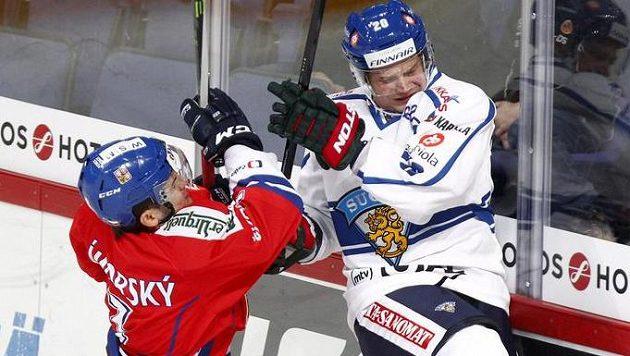 Ostrý souboj Petra Zámorského (vlevo) s Jannem Pesonenem z Finska.