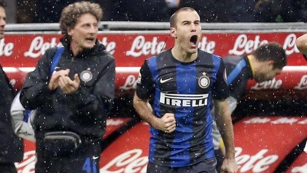Argentinec Rodrigo Palacio (uprostřed) se raduje z gólu do sítě Juventusu.