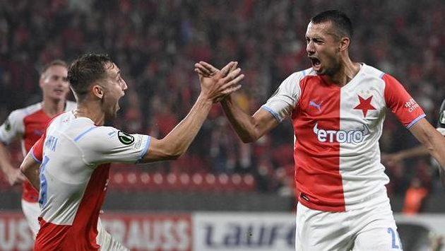 Zleva Jan Kuchta a Ivan Schranz ze Slavie se radují z gólu.