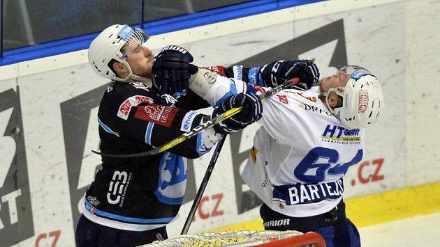 V utkání Plzně s Kometou plály emoce, takhle se pustili do potyčky Jakub Lev (vlevo) a brněnský Tomáš Bartejs.