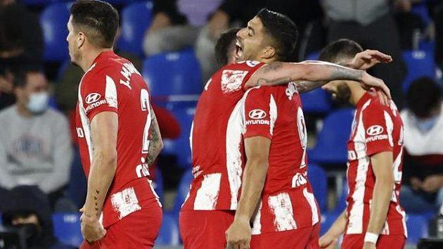 Fotbalisté Atlétika Madrid se radují z branky