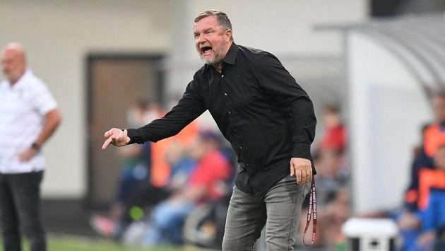 Trenér Pavel Vrba udílí během šlágru fotbalové ligy v Plzni pokyny fotbalistům Sparty.