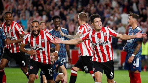 Fotbalisté Brentfordu se radují, historicky první zápas v Premier League proti Arsenalu ovládli 2:0.