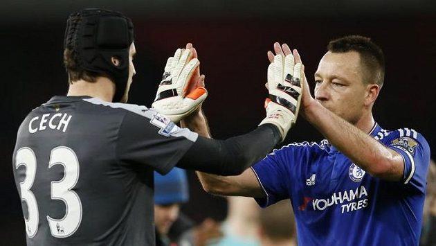 Petr Čech se po zápase zdraví se svým velkým kamarádem Johnem Terrym.