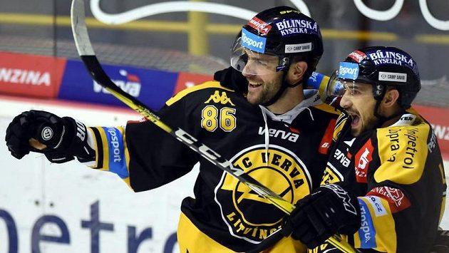 Litvínovští hokejisté se radují z gólu. Vlevo autor Peter Jánský a vpravo jeho spoluhráč František Lukeš.