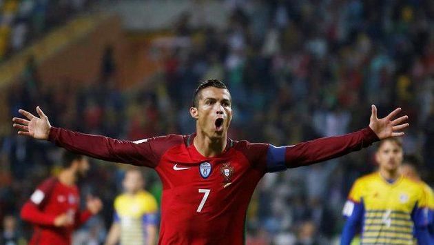 Portugalec Cristiano Ronaldo slaví jeden z gólů proti Andoře.