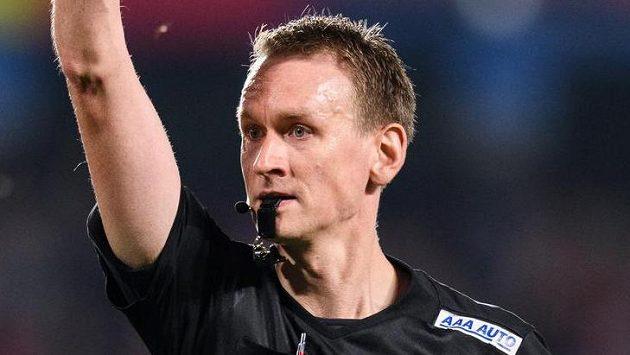Rozhodčí Ondřej Berka ukazuje červenou kartu během utkání Sparta - Slavia.