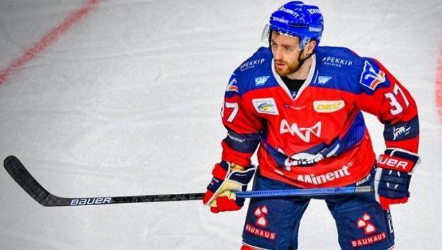 Hokejový obránce Mannheimu Thomas Larkin.