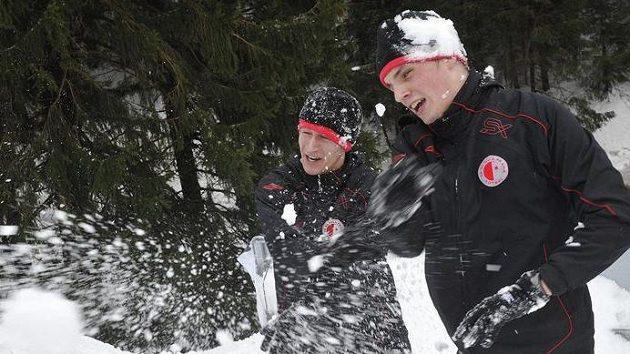 Milan Nitrianský (vpravo) a Martin Voráček v závějích sněhu na kondičním soustředění fotbalistů Slavie v Peci pod Sněžkou.
