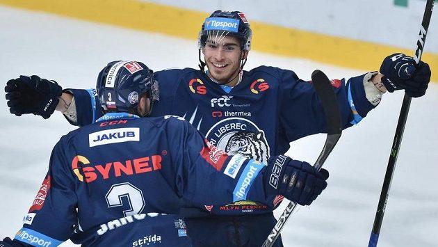 Dominik Lakatoš (vpravo) se raduje se spoluhráčem z Liberce Adamem Jánošíkem.