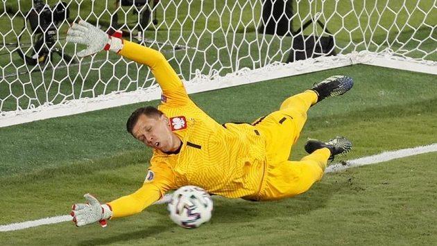 Polský brankář Wojciech Szczesny sice na míč po střele Gerarda Morena z penalty nedosáhl, ale zachránila ho tyč.