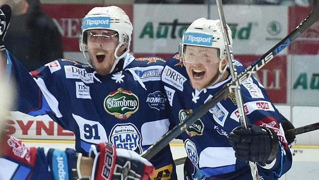 Autor rozhodujícího gólu Marek Kvapil (vlevo) a Tomáš Bartejs z Brna.