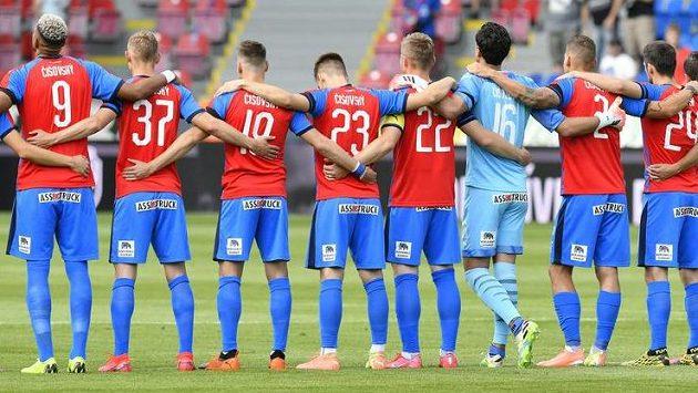 Hráči Plzně uctili památku bývalého spoluhráče Mariána Čišovského minutou ticha a jeho jménem na svých dresech.