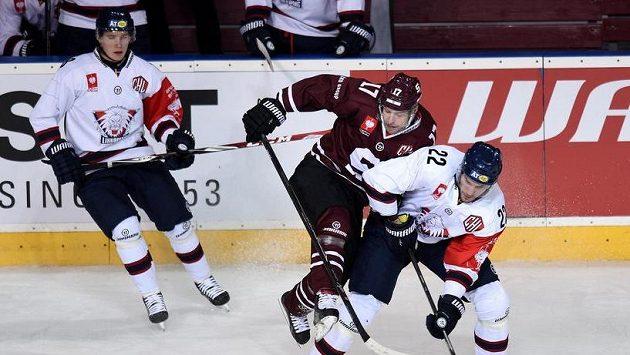 Jaroslav Hlinka z pražské Sparty (uprostřed) a útočník Linköpingu Mattias Sjogren během osmifinálového utkání hokejové Ligy mistrů.