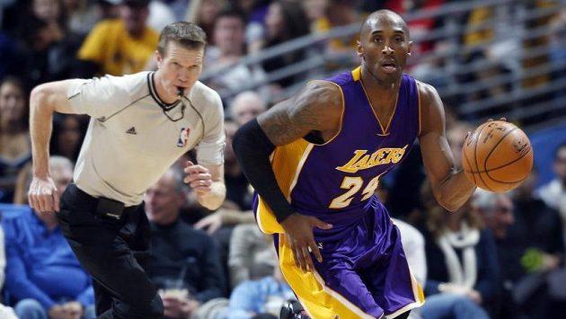 Kobe Bryant z LA Lakers v utkání s Denverem.