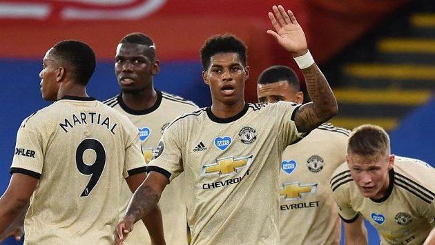 Marcus Rashford (uprostřed) z Manchesteru United se raduje se spoluhráči z gólu proti Crystal Palace.