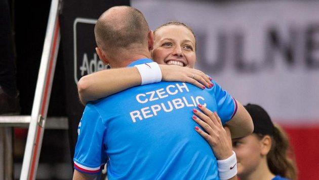 Fedcupový kapitán Petr Pála v objetí s Petrou Kvitovou.