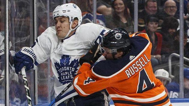 Útočník Toronta James van Riemsdyk v souboji s obráncem Edmontonu Krisem Russellem.