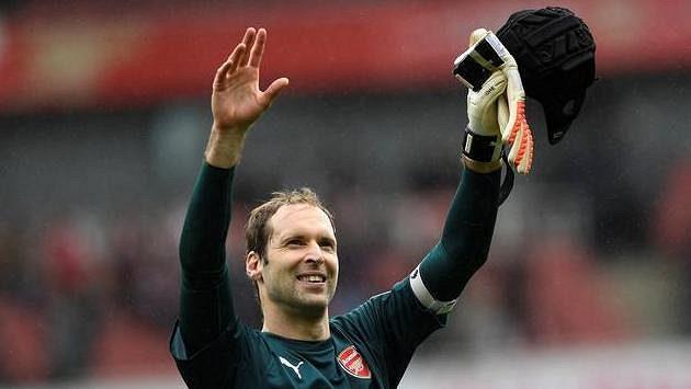 Petr Čech, kapitán Arsenalu, slaví vítězství nad Brightonem.