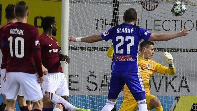 Brankář Sparty Milan Heča (vpravo) inkasuje gól.