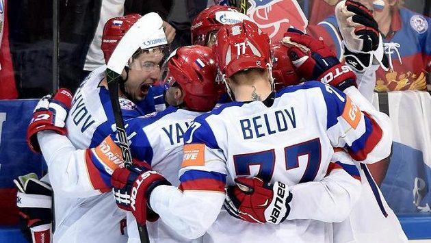 Ruští hokejisté se radují z gólu - ilustrační foto.