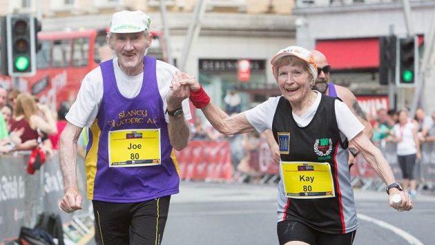 Společně životem 57 let, společně do cíle při maratónu.