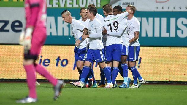 Fotbalisté Mladé Boleslavi se radují z gólu, který vstřelil Golgol Mebrahtu (druhý zprava).