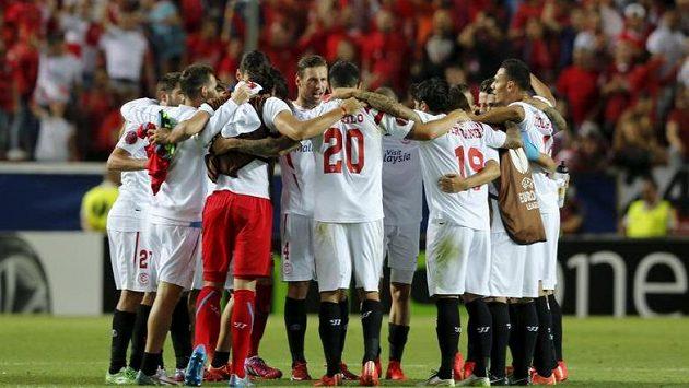 Fotbalisté Sevilly oslavují vítězství nad Fiorentinou.