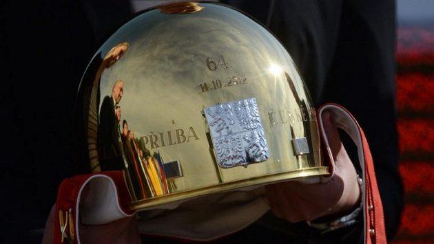 Zlatá přilba, tradiční trofej pro vítěze plochodrážního závodu v Pardubicích.