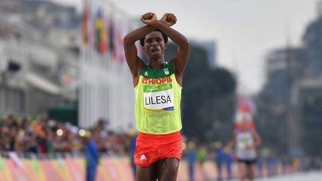 Feyisa Lilesa si olympijské stříbro příliš neužil. Musí řešit palčivější otázky.