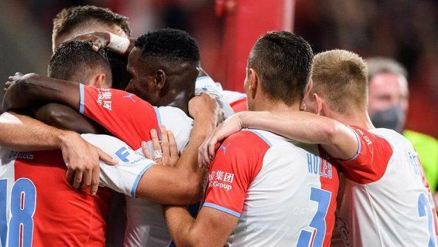 Fotbalisté Slavie Praha oslavují gól