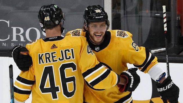 David Krejčí a David Pastrňák (vpravo) z Bostonu Bruins se radují z branky v utkání NHL s Pittsburghem.