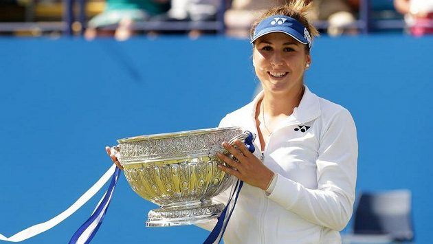 Švýcarská tenistka Belinda Bencicová s trofejí za triumf na turnaji v Eastbourne.