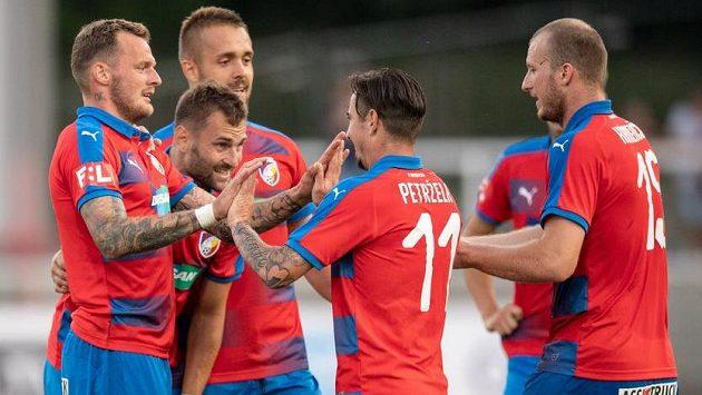 Fotbalisté Viktorie Plzeň (zleva) Jakub Řezníček, Radim Řezník, Luděk Pernica, Milan Petržela a Michael Krmenčík oslavují gól.