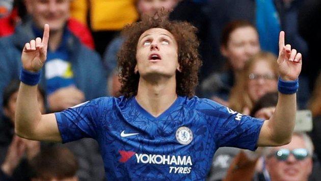 David Luiz z Chelsea slaví gól proti Watfordu.