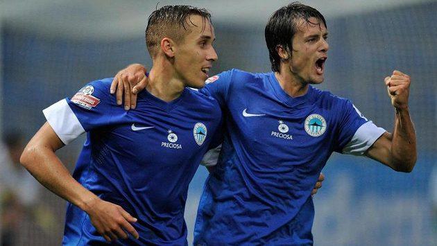 Autor prvního gólu Josef Šural (vlevo) a Luboš Kolár z Liberce.