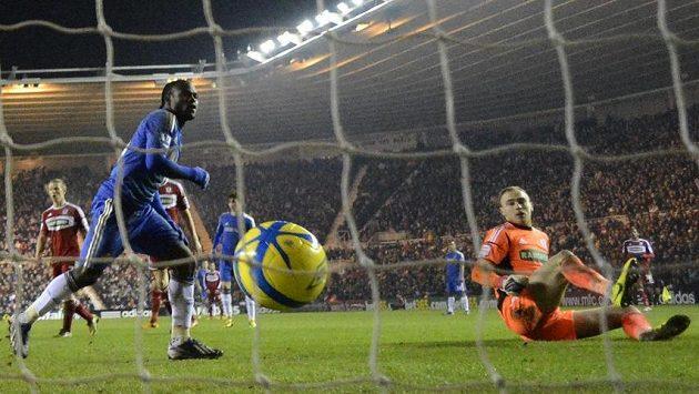 Victor Moses (vlevo) zpečetil postup Chelsea přes Middlesbrough.