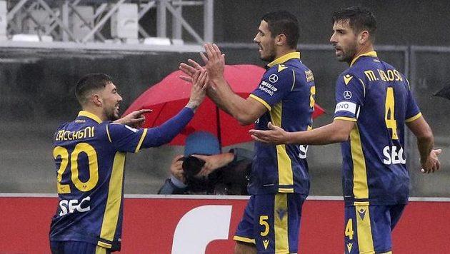 Fotbalista Verony Mattia Zaccagli (vlevo) slaví se spoluhráči gól proti Cagliari.