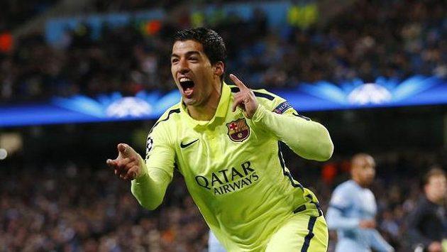 Luis Suárez z Barcelony oslavuje svou trefu do sítě Manchesteru City v osmifinále Ligy mistrů.