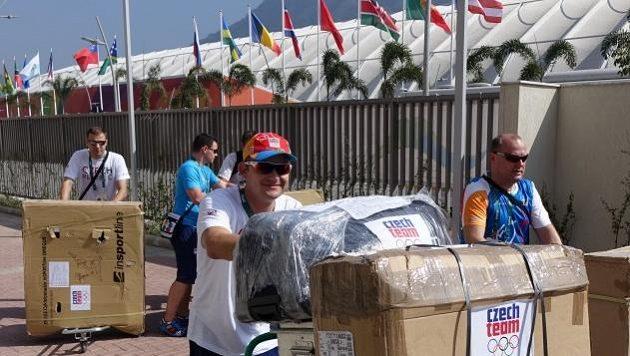 Martin Doktor musí v olympijské vesnici vypomoct občas i jako stěhovák.