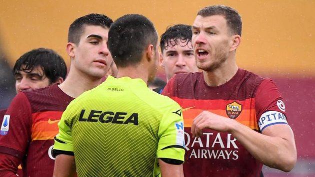 Kapitán Edin Džeko se spoluhráči z AS Řím diskutují s rozhodčím.