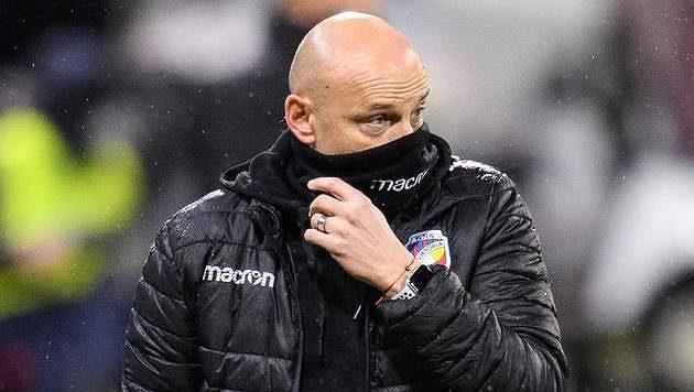 Trenér Viktorie Plzeň Adrian Guľa během utkání se Slavií.