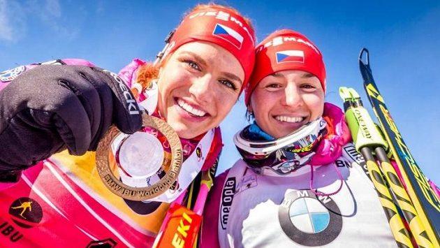 Gabriela Soukalová se zlatou medailí za triumf ve stíhacím závodu SP v Presque Isle, vpravo v cíli šestá Veronika Vítková.