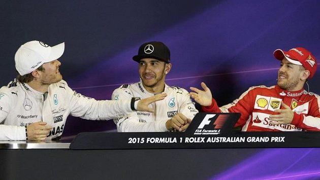 Vítěz Velké ceny Austrálie Lewis Hamilton (uprostřed) sledoval verbální špičkování mezi Nikem Rosbergem (vlevo) a Sebastianem Vettelem na tiskové konferenci pobaveně.