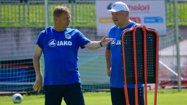 Trenér fotbalistů Hradce Králové Miroslav Koubek a jeho asistent Stanislav Hejkal (vlevo) během tréninku.