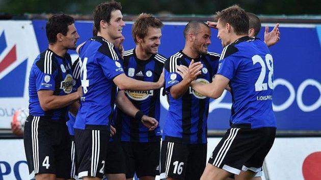 Fotbalisté Bohemians se radují z druhého gólu.