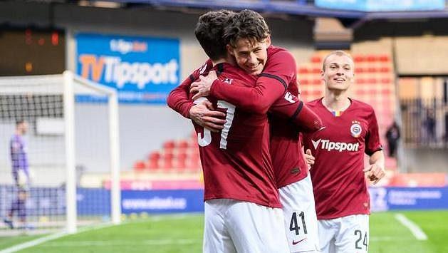 Fotbalisté Sparty Praha Ladislav Krejčí mladší, Martin Vitík a Matěj Polidar oslavují druhý gól během utkání s Teplicemi.