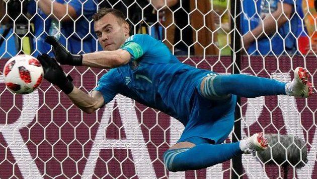 Ruský brankář Igor Akinfejev chytá Kokeho penaltu.